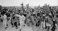 Marroquíes durante la marcha verde con el Corán en la mano | Corbis