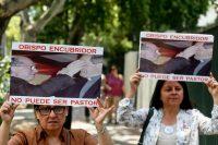 En enero de 2018, un grupo de personas protestó en contra de Juan Barros, obispo de Osorno y pupilo del sacerdote acusado de abuso sexual Fernando Karadima Credit Esteban Félix/Associated Press
