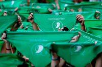 El pañuelo verde ha servido como símbolo del movimiento a favor de la legalización del aborto en Argentina. Frente al Congreso argentino, en abril de 2018, se organizó una manifestación en la que cientos de mujeres alzaron sus pañuelos. Credit Natacha Pisarenko/Associated Press
