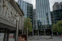Las oficinas de Facebook en Londres. La red social podría enfrentar multas de hasta 1000 millones de dólares si no cumple con las nuevas regulaciones europeas. Credit Andrew Testa para The New York Times