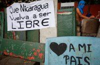 Pancartas en favor de la democracia en una calle de Managua. OSWALDO RIVAS. REUTERS