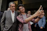 "Independent Mexican presidential candidate Jaime ""El Bronco"" Rodríguez poses for a photo with a a supporter after a conference on peace and justice in Mexico, in Mexico City on May 8. (Alfredo Estrella/AFP/Getty Images)"