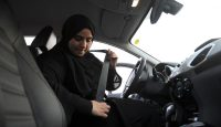 A Saudi woman puts on her seat belt during a driving lesson in Jeddah, Saudi Arabia, on 7 March 2018. Photo: AMER HILABI/AFP/Getty Images.