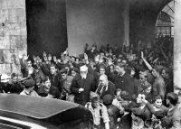Unamuno, rector de la Universidad de Salamanca, sale acompañado del obispo de la diócesis, Enrique Pla y Deniel, tras protagonizar un enfrentamiento verbal con Millán Astray. EFE