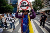 Durante una manifestación contra el gobierno de Nicolás Maduro, el 1 de mayo en Caracas, una mujer protesta contra el presidente venezolano. Credit Fernando Llano/Associated Press