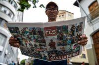 Un hombre lee en un periódico venezolano la declaración de victoria de Nicolás Maduro un día después de las elecciones, el 21 de mayo de 2018. Credit Luis Robayo/Agence France-Presse — Getty Images