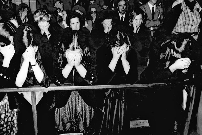 Las hijas del industrial Javier Ybarra, secuestrado y asesinado por la banda terrorista ETA en 1977, durante el funeral por su padre delebrado en Getxo, Vizcaya
