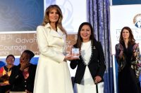 El 29 de marzo de 2017, durante la entrega de los premios Mujeres de Coraje, Melania Trump reconoció a la peruana Arlette Contreras. Credit George Thalassinos/Departamento de Estado de EE. UU.