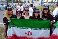 """Fanáticas iraníes usan gorras en las que se lee """"Las mujeres de verdad ven futbol"""" antes del partido Marruecos vs. Irán. Credit James Montague para The New York Times"""