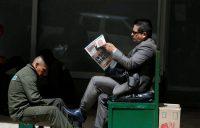 Un hombre en Bogotá lee el periódico del 18 junio, que anuncia la victoria electoral de Iván Duque. Credit Reuters