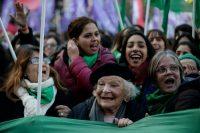 Nelly Minyersky, al centro, quien se considera una feminista de 90 años, celebra con otras mujeres la aprobación en la Cámara de Diputados en Argentina del proyecto de ley que despenaliza el aborto. Credit Jorge Sáenz/Associated Press