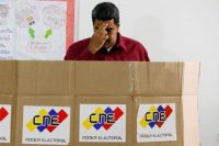 El presidente de Venezuela, Nicolás Maduro, se persignó antes de votar en las elecciones presidenciales el 20 de mayo de 2018. Credit Ariana Cubillos/Associated Press