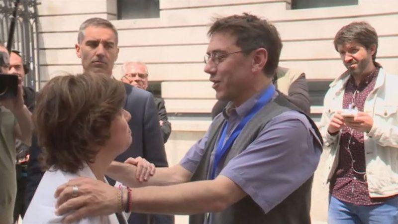 Sáenz de Santamaría y Monedero conversando a la salida del Congreso.