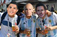 Fanáticos portando máscaras de Cristiano Ronaldo, Lionel Messi y Vladimir Putin, presidente de Rusia Credit Yuri Cortez/Agence France-Presse — Getty Images