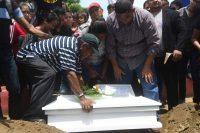 Familiares entierran al niño de 15 meses asesinado por encapuchados de un tiro en la cabeza. MARVIN RECINOS (AFP)