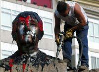 En julio de 2003, se removió un busto del dictador Francisco Franco de la plaza principal del municipio Puenteareas en Galicia, España. Credit Agence France-Presse
