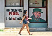 Una mujer camina frente a un mural con la figura de Fidel Castro en La Habana, el 1 de Julio. (Yander Zamora/EPA-EFE)