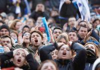 Hinchas uruguayos miran el partido en el centro de Montevideo. Credit Andres Stapff/Reuters