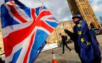 Una persona se manifiesta contra del brexit fuera del Parlamento en Londres, en marzo. Credit Tolga Akmen/Agence France-Presse — Getty Images