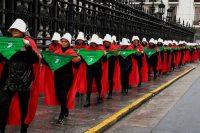 Activistas a favor de la legalización del aborto en Argentina se vistieron como personajes de la novela de Margaret Atwood y se presentaron en el Congreso en Buenos Aires el 25 de julio de 2018. Credit Eitan Abramovich/Agence France-Presse — Getty Images