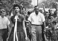 Dorothy Counts, harcelée par des camarades de classe à la sortie du lycée Harding à Charlotte en Caroline du nord, le 4 septembre 1957.. Image: Douglas Martin/AP