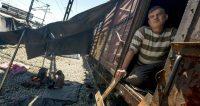 Un hombre en el interior de un vagón de tren abandonado en el campo de refugiados e inmigrantes de Idomeni, Grecia. JOE KLAMAR (AFP)