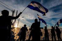 Manifestantes ondean banderas de Nicaragua a mediados de mayo de 2018, durante la protesta de las Madres de Abril, un movimiento que pide justicia por los asesinatos causados por la represión en abril de 2018. Credit Inti Ocón/Agence France-Presse — Getty Images