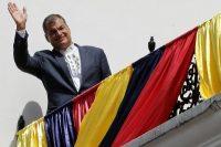 En mayo de 2017, cuando era presidente de Ecuador, Rafael Correa saludaba a sus seguidores desde el balcón del palacio presidencial en Quito. Credit Dolores Ochoa/Associated Press