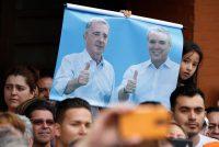 Durante las elecciones presidenciales de Colombia, en un mitin de campaña de junio de 2018, una niña sostuvo un cartel con las fotos de Álvaro Uribe, el líder del partido Centro Democrático y expresidente, y el entonces candidato Iván Duque. Credit Fernando Vergara/Associated Press