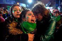 Activistas a favor de la legalización del aborto, en Chile, se manifestaron afuera de la embajada argentina en su país el 8 de agosto de 2018. Credit Martín Bernetti/Agence France-Presse — Getty Images