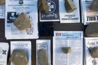 Copias de literatura con tonos supremacistas blancos con con rocas como pisapapeles durante el Congreso Mundial de Naciones Arias, en 2003 Credit Jerome A. Pollos/Getty Images