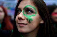 Una activista a favor del proyecto de ley por el aborto legal, seguro y gratuito, se manifestó frente al Congreso argentino el 8 de agosto de 2018, el día en el que inició la votación en el Senado. Credit Eitan Abramovich/Agence France-Presse — Getty Images