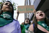 Manifestation pro-IVG devant l'ambassade argentine à Quito, mercredi. Photo Rodrigo Buendia. AFP