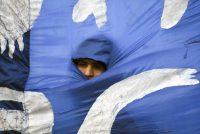 Un manifestante se sumó a una protesta masiva, en junio de 2018, que partió de la provincia de Argentina a la Plaza de Mayo en Buenos Aires para rechazar el crédito del Fondo Monetario Internacional. Credit Eitan Abramovich/Agence France-Presse — Getty Images
