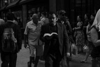 Un hombre lee una Biblia mientras camina por Herald Square en Nueva York. Credit Christopher Lee para The New York Times