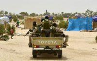 Des soldats nigériens en patrouille près d'un camp de réfugiés à Diffa, le 16 juin 2016 Photo ISSOUF SANOGO. AFP