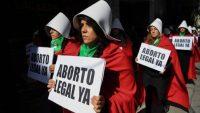 Partidarias del aborto legal se manifiestan en Buenos Aires vestidas como las mujeres de la serie 'The Handmaid's Tale'. Eitan Abramovich (AFP)