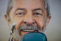 Una fotografía con el rostro de Luiz Inácio Lula da Silva sirvió de fondo para la conferencia de prensa del Partido de los Trabajadores en la que anunciaron que el expresidente sería su candidato a la presidencia. Credit Patricia Monteiro/Bloomberg, vía Getty Images