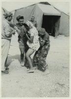 Soldats français harcelant une Algérienne (1954-1962). Photo d'archives d'Eros. Coll. Gilles Boëtsch. coll. Olivier Auger