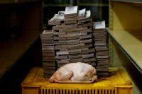 En agosto de 2018, un pollo de 2.4 kg valía 14.600.000 bolívares (aproximadamente 2,22 dólares), antes de que entrara en vigor el plan económico que eliminó cinco ceros de la moneda. Credit Carlos Garcia Rawlins/Reuters