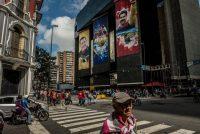El Ministerio de Economía y Finanzas de Venezuela, en Caracas, revestido de fotografías del fallecido líder Hugo Chávez y del presidente Nicolás Maduro en agosto de 2018 Credit Meridith Kohut para The New York Times