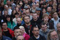 Manifestantes de derecha reunidos en Chemnitz, Alemania, después del presunto asesinato de un hombre alemán a manos de refugiados. Credit Sean Gallup/Getty Images