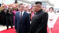 South Korean President Moon Jae-in and North Korean leader Kim Jong Un attend an official welcome ceremony at Pyongyang Sunan International Airport, in Pyongyang, North Korea, 18 September 2018 yeongyang Press Corps/Pool via REUTERS
