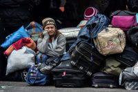 Una venezolana aguarda frente a una oficina de migración de Colombia el 20 de agosto de 2018. Credit Luis Robayo/Agence France-Presse — Getty Images