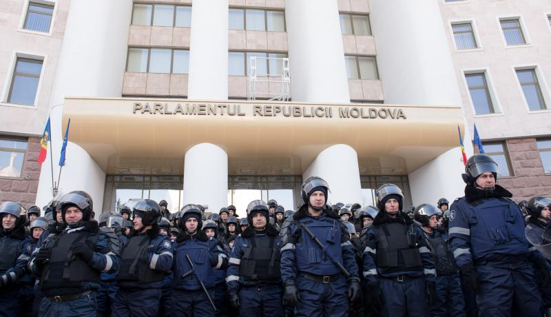 Police block the Moldovan parliament building during anti-government protests in 2016. Photo: Getty Images.