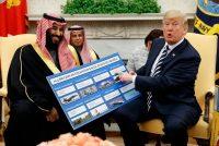 Donald Trump enalteció la promesa de ventas de armas al gobierno de Arabia Saudita durante una reunión con el príncipe heredero Mohamed bin Salmán, en marzo. Credit Evan Vucci/Associated Press