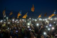 El 30 de septiembre de 2018, manifestantes a favor de la independencia de Cataluña ondean esteladas frente a la prisión de Lledoners, en donde están encarcelados algunos líderes independentistas. CreditFelipe Dana/Associated Press