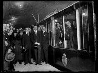 A la derecha de Alfonso XIII, y en una imagen retocada, fotografía añadida de Antonio G. Echarte