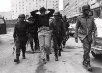 El 3 de octubre de 1986, miembros del Ejército mexicano custodian a un manifestante arrestado después de la matanza en Tlatelolco. CreditAP Photo