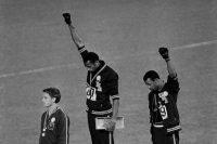 Tommie Smith, al centro, y John Carlos, a la derecha, después de ganar el oro y el bronce en la carrera de 200 metros en las Olimpiadas de 1968 en Ciudad de México CreditAssociated Press